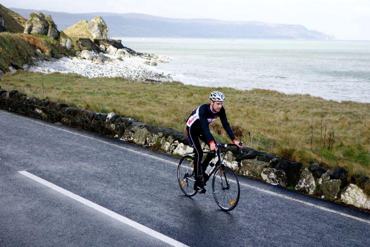 Fietsen langs de mooiste kustweg van Ierland: The Causeway Coastal Route (Foto: Ilkka Järvimäki)
