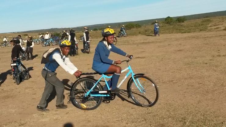Schoolkinderen geven elkaar de eerste fietsles